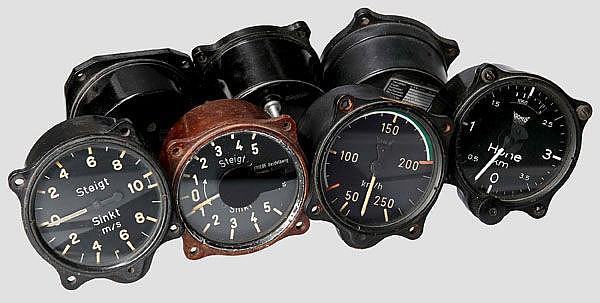 Sieben Bordinstrumente für Flugzeuge aus der Nachkriegszeit