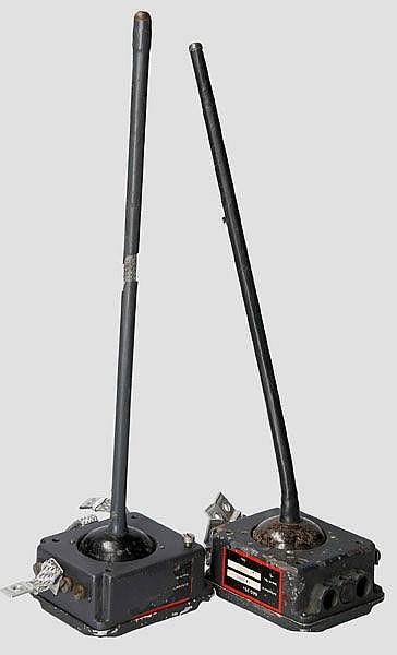 Zwei Antennen-Anpassgeräte AAG 25 für das FuG 25