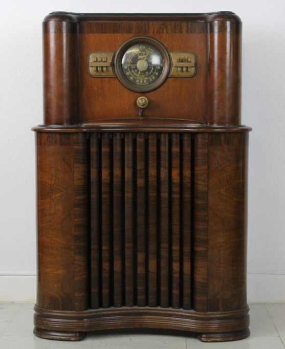 '37 Zenith Long Distance Console Radio from THE BASS MUSEUM Collection