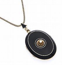 Orientperlen-Emaille-Medaillon Gold ungest., gepr., ca. 1880 zum Öffnen mit einer Orientperle und schwarzem Emaille (best.), L. 56 mm, 24,0 g an einer Kette mit Federring GG 375/000, L. 114 cm, 14,0 g