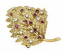 Rubin-Brillant-Brosche Blatt GG 750/000 mit rund fac. Rubine in guter Farbe und Diamanten, zus. 0,10 ct W/SI, L. 44 mm, 8,2 g