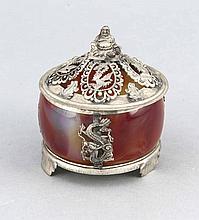 Rundes Potpourrigefäß, China, um 1900, MZ, plated, auf 3 Füßen, Achatkorpus mit aufgelegtem Drachendekor, Deckel durchbrochen gearbeitet, mit figürlichem Dekor, D. 7,5 cm