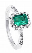 Smaragd-Brillant-Ring WG 750/000 mit einem excellenten fac. Smaragd 6 x 4 mm in excellenter Farbe und Brillanten, zus. 0,52 ct TW/SI, RG 52, 3,3 g
