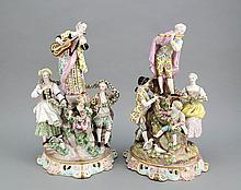 Paar Tafelaufsätze, England, 19. Jh., zwei große Figurengruppen, an einem Baumstamm stehender Flötenspieler bzw. Lautenspielerin, umgeben von vier plastischen Figuren, die eine plastische Blütengirlande tragen, Post best., Blüten tws. best.,