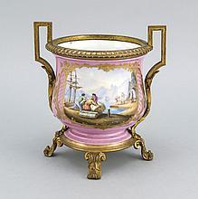 Cachepot im Sèvres-Stil, Frankreich, Ende 19. Jh., fein bemalt, Hafenszene mit mehreren Figuren bzw. Blumenbouquet, rosa Fond, vergoldete Bronzemontierung, H. 21 cm
