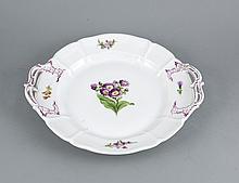 Große runde Platte, Nymphenburg, Marke 1925-75, Form Cumberland, polychrome Blumenmalerei, seitliche Henkel, L. 40 cm