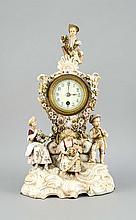 Kaminuhr, Volkstedt, Thüringen, Triebner, Ens & Co., um 1894-95, prachtvolle Uhr im Stil des Rokoko auf Rocaillensockel, am Sockel sitzen drei Figuren, Flora und zwei Gärtnerkinder, bekrönt von einem sitzenden Gärtnerkind mit Blumengirlande,