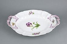 Große ovale Platte, Nymphenburg, Marke 1925-75, Form Cumberland, Modellnr. 6, polychrome Blumenmalerei, seitliche Henkel, 1 best., L. 50 cm