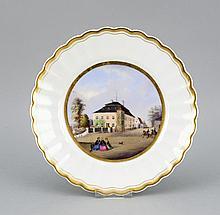 Ansichtenteller, Krister, Wallendorf, Marke nach 1885, im Spiegel Straßenansicht mit Damen in Biedermeierkleidern und Offizieren, Goldrand, D. 25 cm