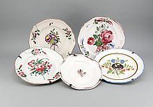 Fünf Fayence-Teller, w. Straßburg, 18./19. Jh., Keramik, zinnglasiert, polychrom bemalt in Muffelfarben, Blumendekor, best., D. 25-30 cm