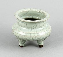Räuchergefäß, China, 18. /19. Jh., seladongrüner Scherben, craquelliert, auf drei Füßen, min. best., H. 10 cm, D. 11 cm
