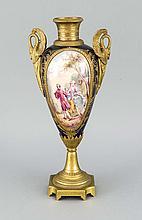 Ziervase, w. Frankreich, 19. Jh., spitz ovoider Keramikkorpus mit Bronzemontage, polychrome Malerei in Reserven mit Rokoko-Paar, re. u. unles. sign., seitliche Henkeln in Gestalt von Schwänen, H. 37 cm