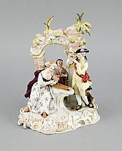 Musikgruppe, Meissen, Marke 1850-1924, 1. W., Entwurf J.J. Kaendler und Reinicke, Modellnr. 2952, elegante Dame am Xylophon, begleitet von einem Kavalier an der Flöte und Jungen am Dudelsack am Ruinenbogen, auf der Hinterseite ein Kind mit dem Hund