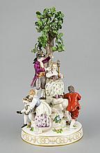 Gärtnergruppe am Baum, Meissen, Marke 1850-1924, 1. W., Entwurf Michel Victor Acier im Jahre 1772, Modellnr. D 93, große Figurengruppe, bestehend aus einem Liebespaar, einem Vogelfängerpaar und einem Paar mit Spindel und Uhr, in bewegten Posen,