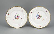 Zwei flache Speiseteller, KPM Berlin, 1982, 1. W., Malermarke, Form Rocaille, polychrome Blumen- und Insektenmalerei, Goldrand, D. 26 cm