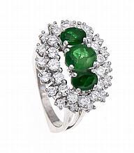 Smaragd-Brillant-Ring WG 750/000 mit 3 oval fac. Smaragden 6 und 5 mm in gu