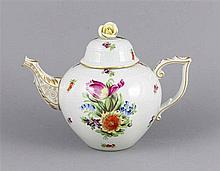 Teekanne, Herend, 1941, Form Ozier, Modellnr. 601, auf dem Deckel Rosenblüt