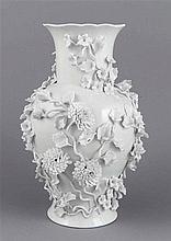 Vase, Deutsch, 20. Jh., Amphorenform, weiß, Wandung besetzt mit plastischen