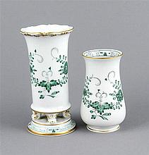 Zwei kleine Vasen, Meissen, nach 1970, 1. W., Dekor in Indisch Grün, zierve
