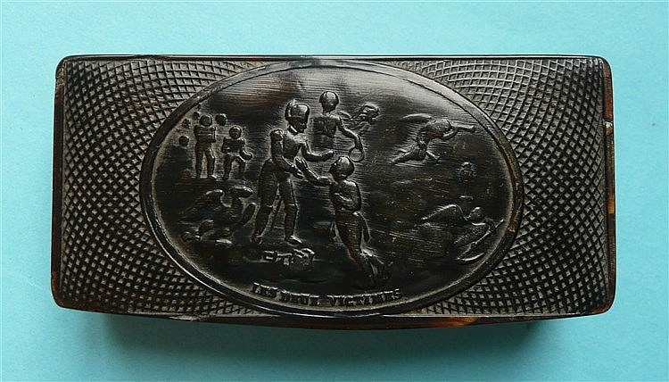 A snuff box the cover pressed with an oval scene entitled 'Les Deux Victime