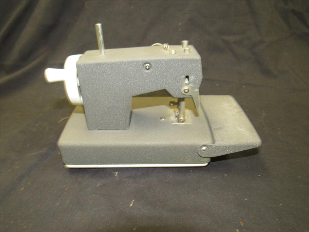 Lot 123: BO Singer child's sewmate sewing machine, EC