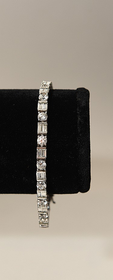 Ladies 18kt white gold diamond bracelet, total carat weight 9.18, Clarity VS 1 - SI 1, color I