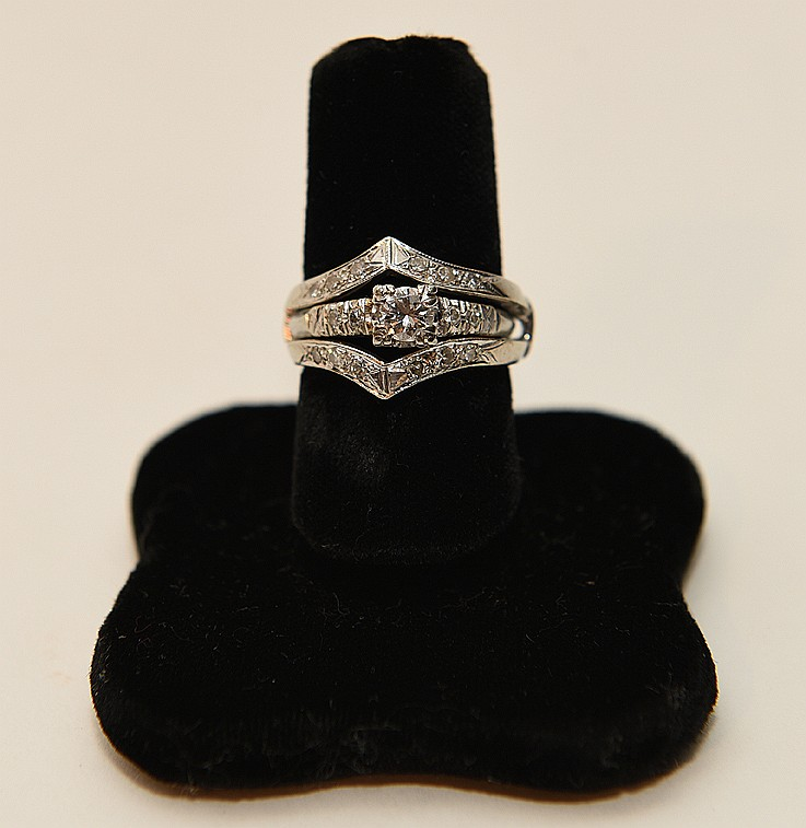 Lady's 14K White Gold & Diamond Ring. Approx 2cts diamonds total weight, H-I color, VS-I1 Clarity.