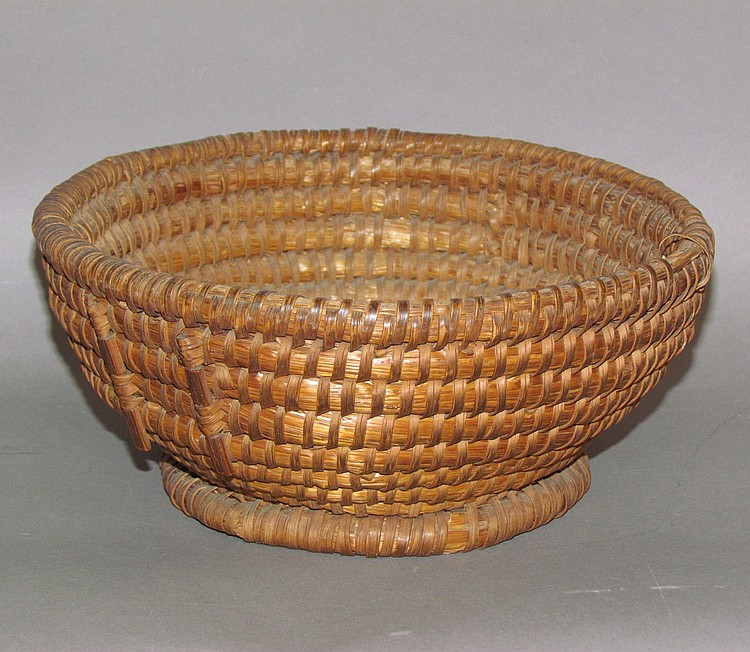Round rye straw sewing basket
