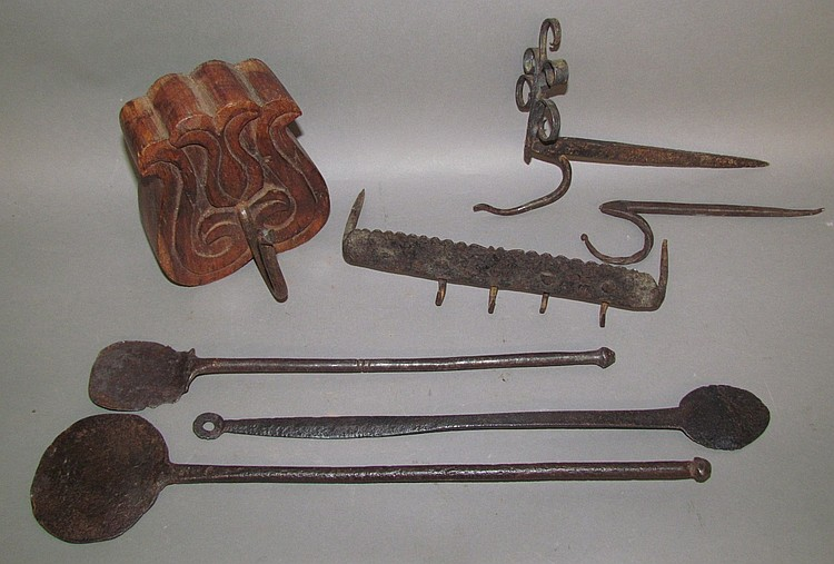 Tray of assorted wrought iron hardware & utensils