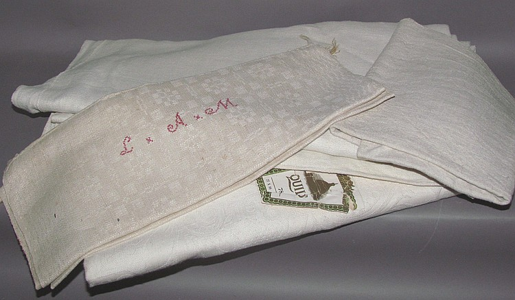 Tray of 4 pieces of linen