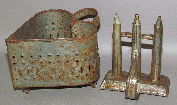 2 pieces of tinware