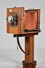 Fr:  une chambre photographique Kodak Eastman  Dim: 58 x 37 cm