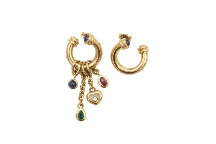 CHOPARD Paire de boucles d'oreilles en or jaune 750 Happy Diamonds, serties de 2 saphirs cabochon, d'un rubis, d'un diamant de 0.5 carat, couleur top wesselton, d'une émeraude et d'un saphir cabochon. De 1991. Avec boîte. Avec attestation de valeur.Poids total 19 gr - 18k yellow gold, sapphire, ruby, diamond and emerald earrings.