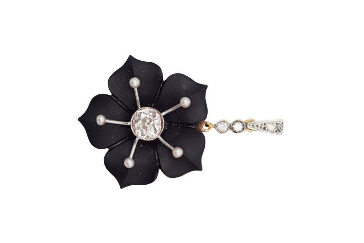 Pendentif en or bicolore 750, représentant une fleur en onyx avec 5 perles, serti de 1 diamant de taille ancienne de 1 carat, et de 2 diamants, dans sa boîte Poids total 7 grAvec attestation pour valeur d'assurance de CHF 6'280.-- 18k bicolor gold, diamond, pearl and onyx pendant