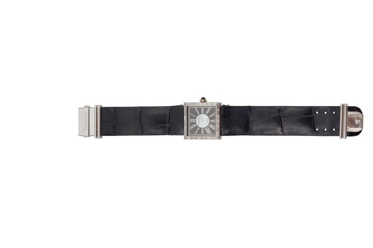 Montre CHANEL en or gris 750, lunette sertie de diamants baguette, cadran nacre, quartz, de 1989 24 x 24 mm An 18k white gold lady's watch diamond-set