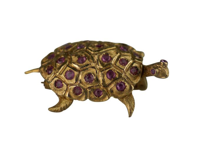 Broche en or jaune 750 représentant une tortue sertie de rubis.Poids total 11,4 g Longueur 4 cm
