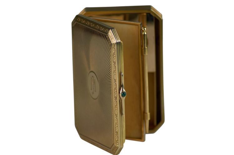 CARTIER Minaudière en or jaune 750, fermoir serti d'un cabochon d'émeraude, monogramme sur le couvercle et fond serti de diamants correspondant à la marque sur le couvercle du coffret d'origine. Poids total 226 gr