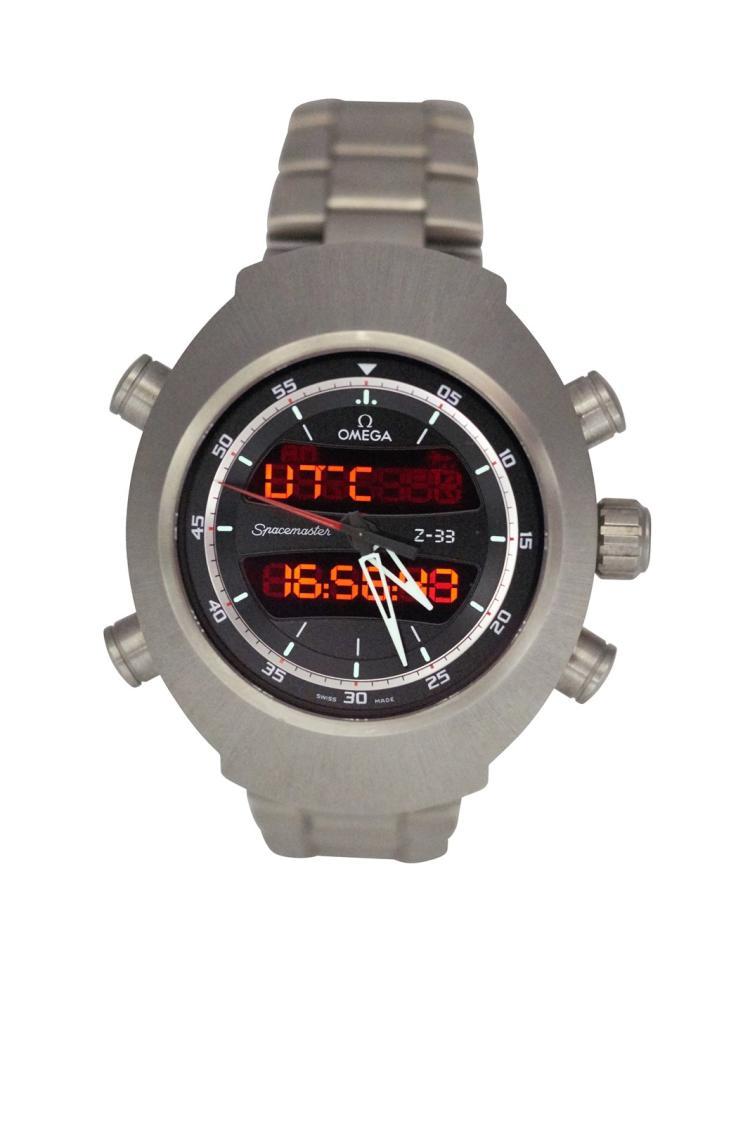 Montre OMEGA Spacemaster, Z33, titane, quartz, chronographe, analogique digitale. des années 1970 Avec boîte et papiers Diamètre 43 mm A titanium men's digital chronograph wristwatch