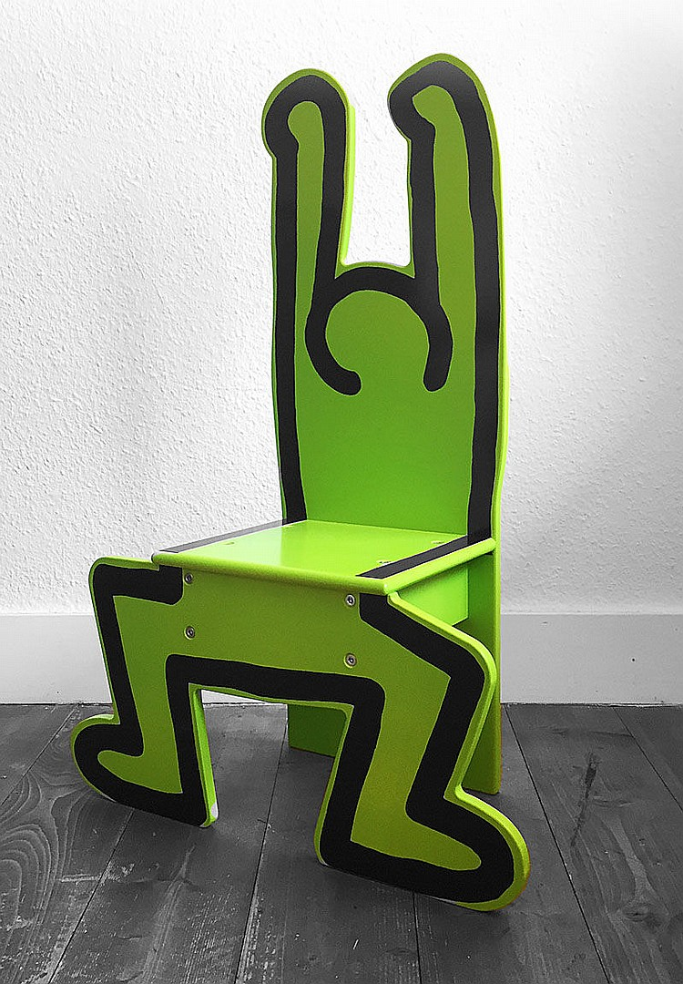 Haring keith 1958 1990 pour vilac france chaise d enfan for Chaise medaillon enfant