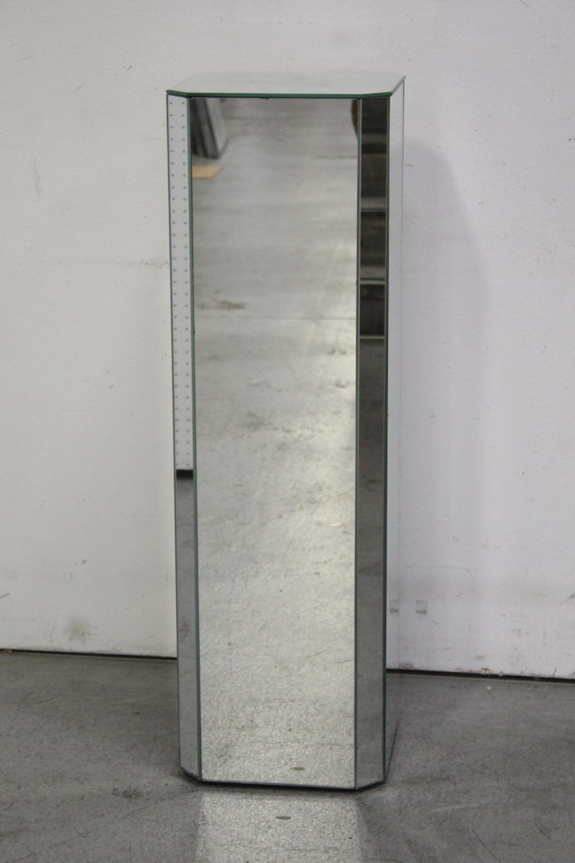 Mirrored pedestal
