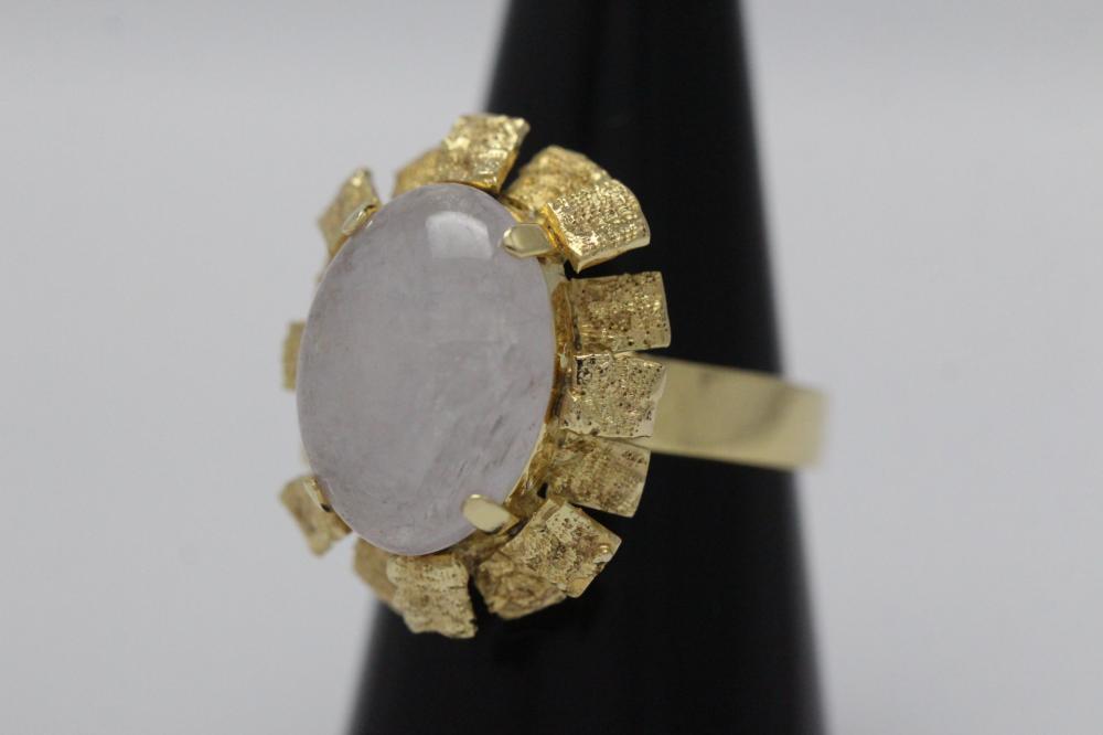 Lot 196: 14K Y/G lavender jadeite ring