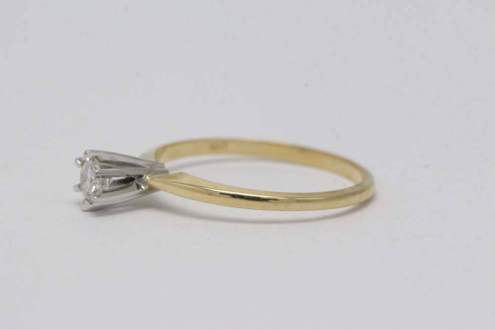 Lot 200: 14K Y/G diamond ring