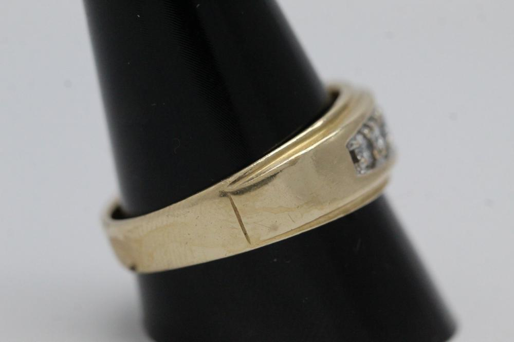 Lot 202: 14K Y/G diamond ring