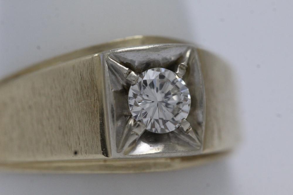 Lot 213: 14K Y/G gentleman's diamond ring