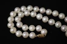 Lot 226: Cultured pearl necklace