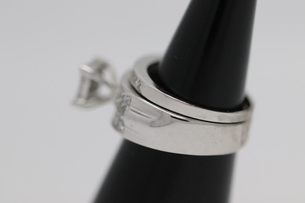 Lot 235: An 18K W/G diamond ring