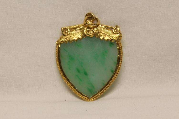 22K Y/G pendant with apple green jadeite