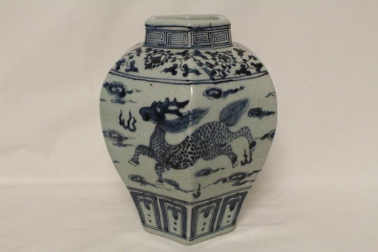 Chinese Yuan style blue and white porcelain jar