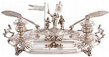 Escribanía en plata de Ff. S. XX, con representación de Cristóbal Colón en el Nuevo Mundo.