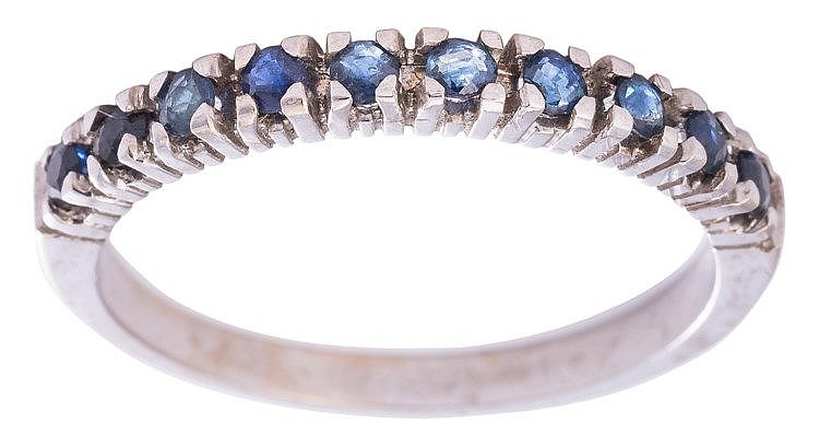 A GOLD AND SAPPHIRE RING